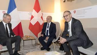 """Zusammen mit Bundespräsident Ueli Maurer (Mitte) hat Wirtschaftsminister Guy Parmelin (rechts) am WEF den französischen Amtskollegen Bruno Le Maire getroffen. Die Wirtschaftsbeziehung mit Frankreich sei """"exzellent""""."""