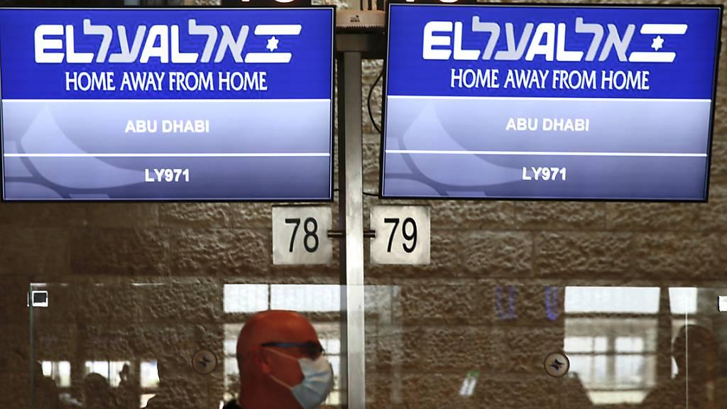 Die Flugnummer des El Al-Fluges nach Abu Dhabi wird am Flughafen Ben Gurion angezeigt. Foto: Ariel Schalit/AP/dpa