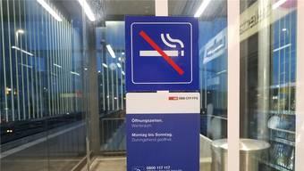 Jetzt ist es offiziell: Im Warteraum gilt Rauchverbot. sga