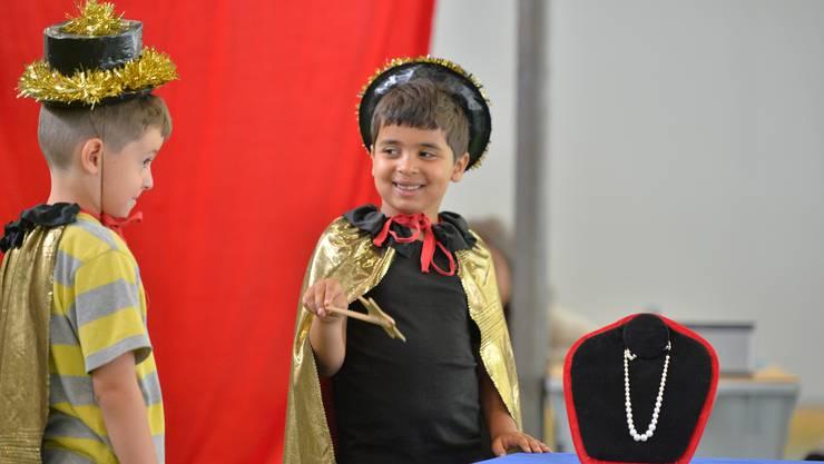 Zwei äusserst begabte Zauberer zeigen verblüffende Tricks
