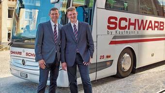 Die Reiseunternehmer Rainer (rechts) und Stefan Kaufmann mit ihrer Flotte – derzeit stehen die Fahrzeuge praktisch komplett still.