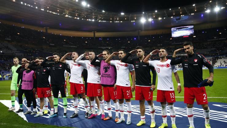 Nach Abpfiff stellte sich nahezu die ganze Mannschaft vor den Fanblock und salutierte erneut.