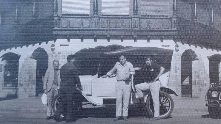 Kurz nach dem Autokauf vor dem Hotel im argentinischen Salta: René Borner und Robert Woehrle auf der rechten Bildhälfte.