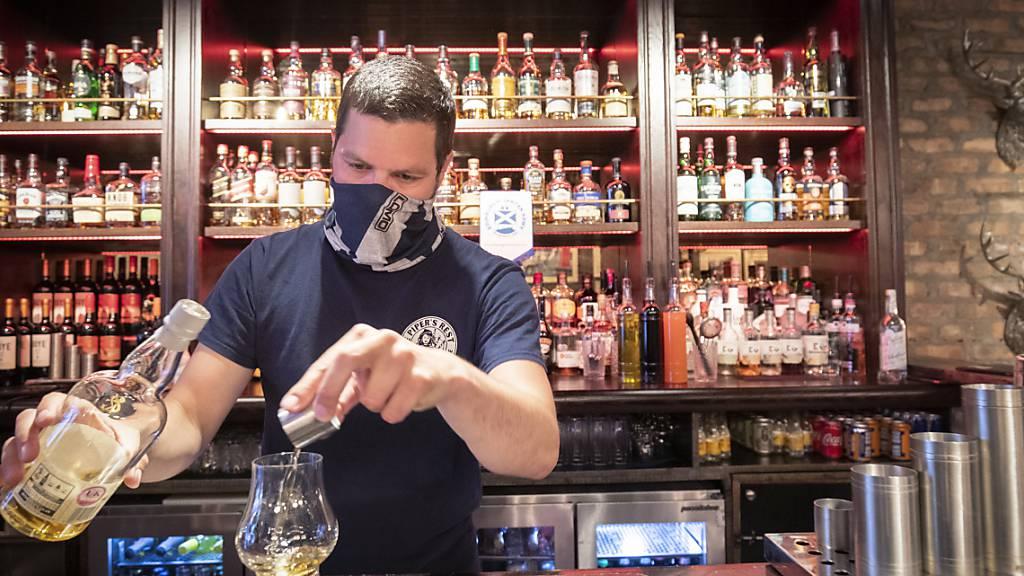 ARCHIV - Ein Barkeeper serviert einen Whisky in einem schottischen Pub. Foto: Jane Barlow/PA Wire/dpa