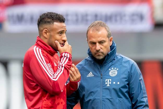 Hansi Flick (rechts) wird die Bayern mindestens für die nächsten beiden Partien betreuen - vielleicht auch länger.