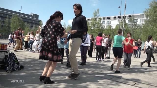 Feierlich Tanzen im Mai