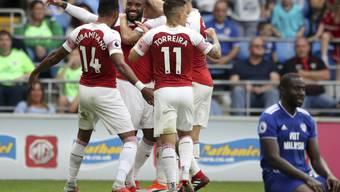 Arsenals Alexandre Lacazette (Mitte) lässt sich nach dem Siegestor gegen Cardiff City feiern