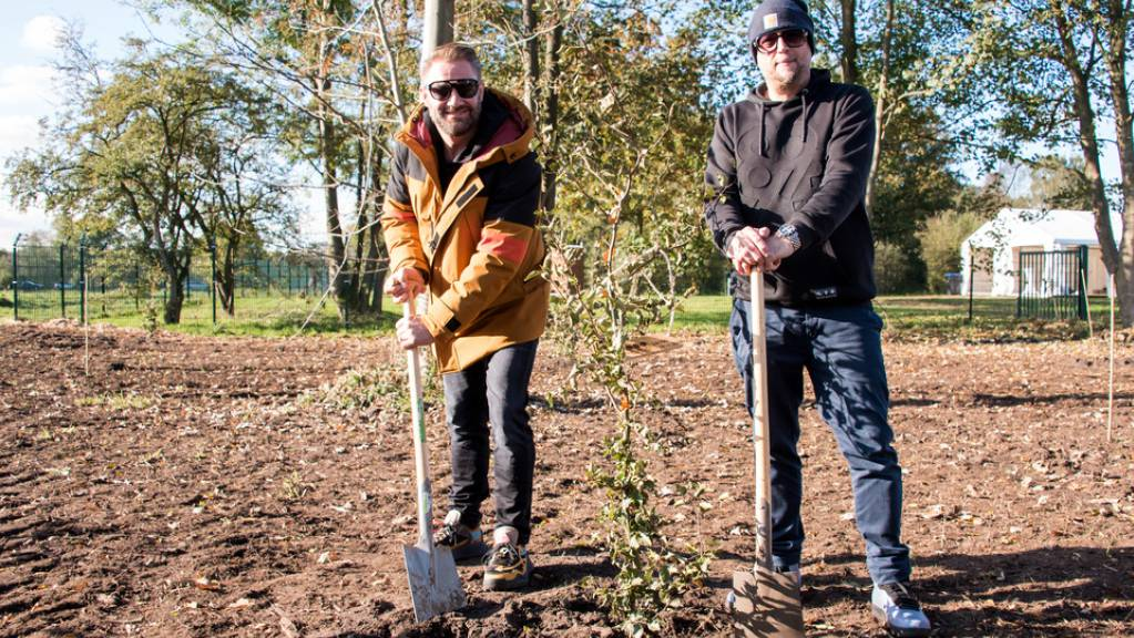 Im Leben soll man einen Baum Pflanzen: Die deutschen Musiker Sasha (links) und Smudo haben diesen Punkt im Hamburger «Fame Forest» abgehakt.
