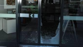 Die Täter haben die Scheibe eingeschlagen und sich so Zutritt zur Bank-Filiale verschafft.
