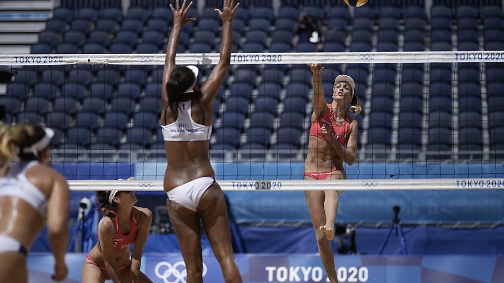 Die Bernerin Anouk Vergé-Dépré (rechts) beim Smash im Viertelfinal gegen das brasilianische Duo Ana Patricia/Rebecca