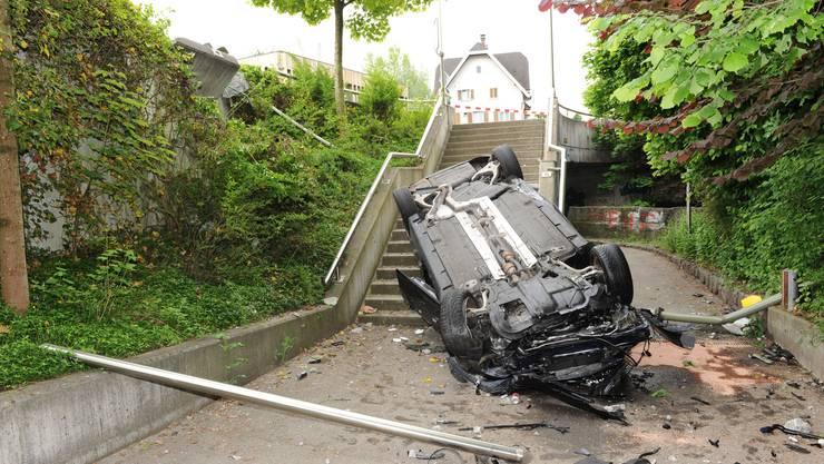 Am Fahrzeug entstand Total- und an den Verkehrseinrichtungen Sachschaden.