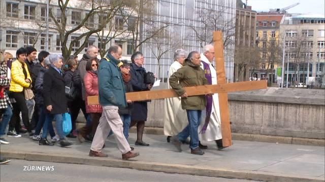 Tausende Christen an Kreuzweg in Zürich