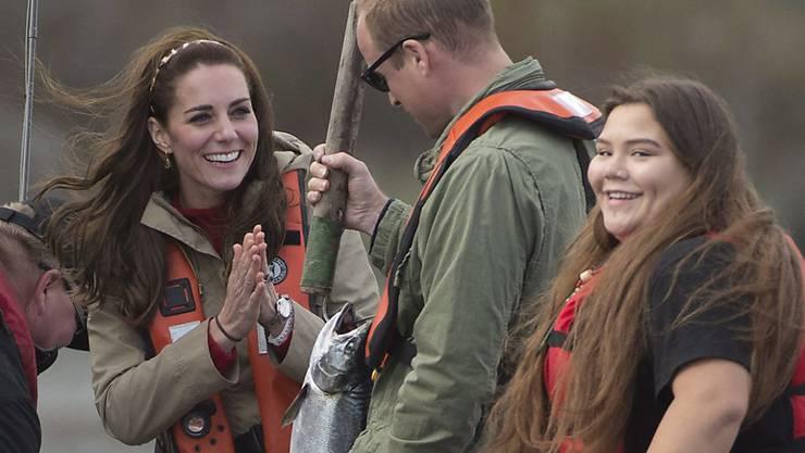 Herzogin Kate (links) und Prinz William beim Lachsfischen im kanadischen British Columbia.