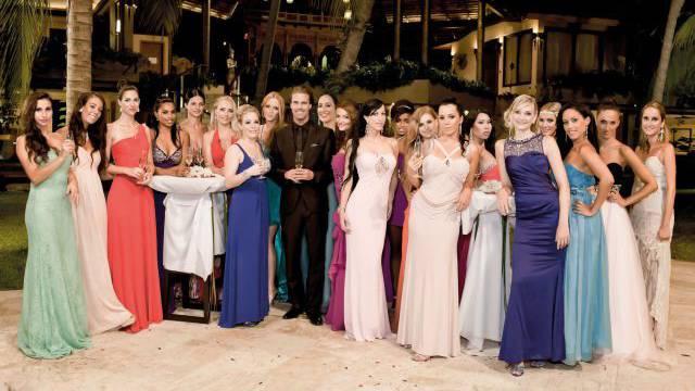 Ausplaudern kommt sie teuer zu stehen: Die Kandidatinnen der Kuppelshow «Der Bachelor» mit Vujo Gavric in der Mitte. Foto: 3plus