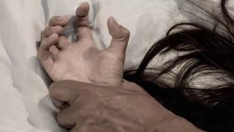 Beide sind betrunken, haben später Ecstasy und Kokain im Blut: Eine junge Frau wird nach einem Barbesuch von ihrem Bekannten verprügelt. (Symbolbild)