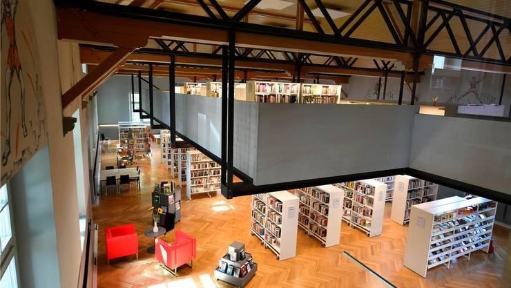 Blick in die neue Stadtbibliothek mit Empore.