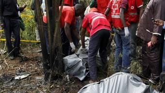 Rettungskräfte bergen Leichen