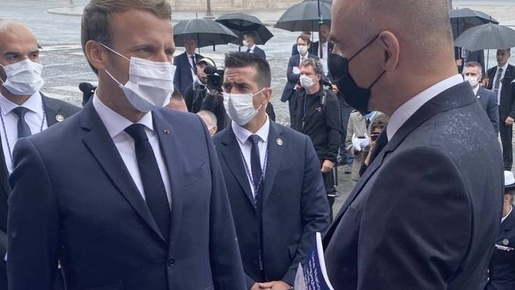 Der französische Staatschef Emmanuel Macron im Gespräch mit dem Schweizer Gesundheitsminister Alain Berset.