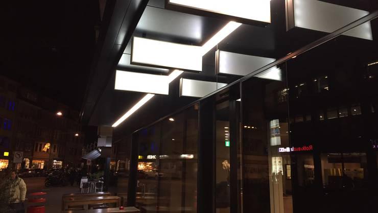 Neben Italienisch und Thai soll das Angebot noch zusätzlich erweitert werden. Der Vapiano-Schriftzug ist beim Restaurant am Claraplatz schon weg, der neue noch nicht da.