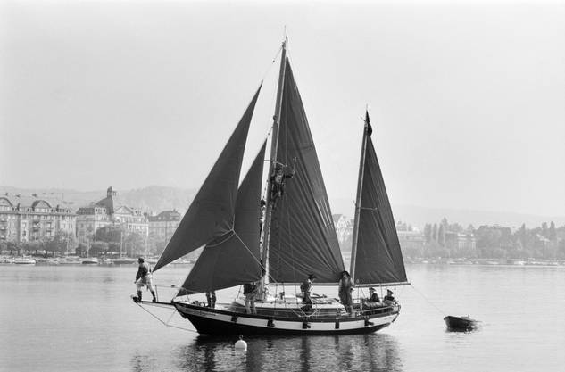Die Crew von Radio 24 segelt auf dem Piratenschiff über den Zürisee zum Auftakt ihrer legalen Lokalradio-Tätigkeit, 1983