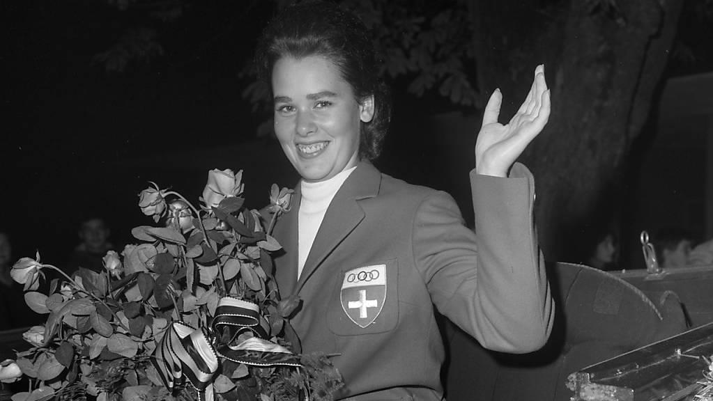 Sie brach den Bann für die Frauen: Dressurreiterin Marianne Gossweiler war die erste weibliche Sommer-Olympionikin der Schweiz. Und holte 1964 in Tokio gleich eine Silbermedaille. Im Bild: Empfang in Schaffhausen an Bord eines Landauers.