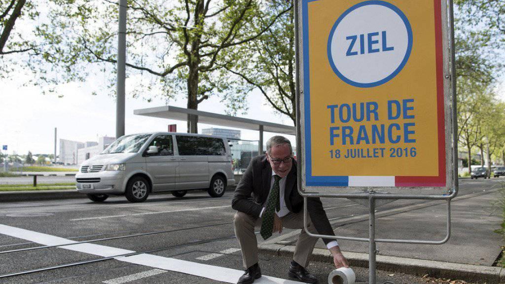 Am 18. Juli kommt die Tour de France in Bern an. Stadtpräsident Tschäppät ist voller Vorfreude - am Montag hat er bereits symbolisch den Zielstrich vor dem Stade de Suisse geklebt.