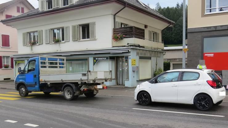 Eine junge Frau prallte mit dem Auto ins Heck eines Lieferwagens.