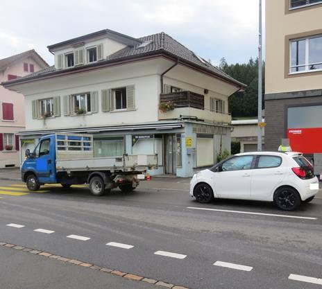 Unterkulm, 18. August: Eine junge Frau prallte am Morgen mit dem Auto ins Heck eines Lieferwagens, der an einem Fussgängerstreifen in Unterkulm angehalten hatte.