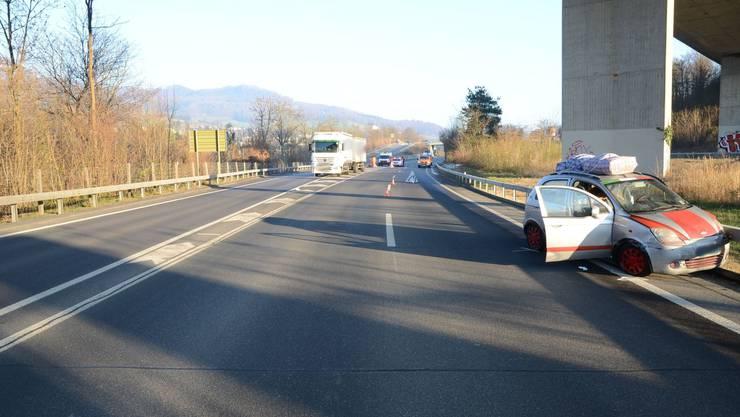 78-jähriger Autofahrer fährt unvermittelt von Pannenstreifen auf Autobahn und kracht in einen Lastwagen.