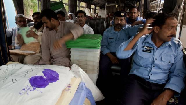 Wahlhelfer in Pakistan unter Polizeischutz