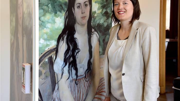 Die Kuratorin Nina Zimmer beim Plakat der Renoir-Ausstellung, die sie konzipiert und aufgebaut hat.