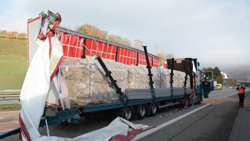 Der Lastwagen hatte im Oberburgtunnel der A2 die Wand touchiert: Der Chauffeur hatte gemäss Polizeiangaben ein medizinisches Problem, er verstarb kurz nach dem Unfall im Spital.