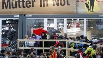 Seit dem frühen Montag 12. Dezember 2011 ist die Sammelaktion «Jeder Rappen zählt» auf dem Europaplatz in Luzern eröffnet.