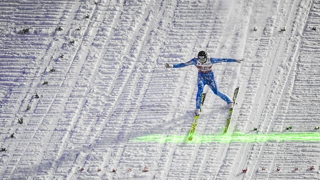 Gregor Deschwanden landet im Schneetreiben vor der grünen Linie.