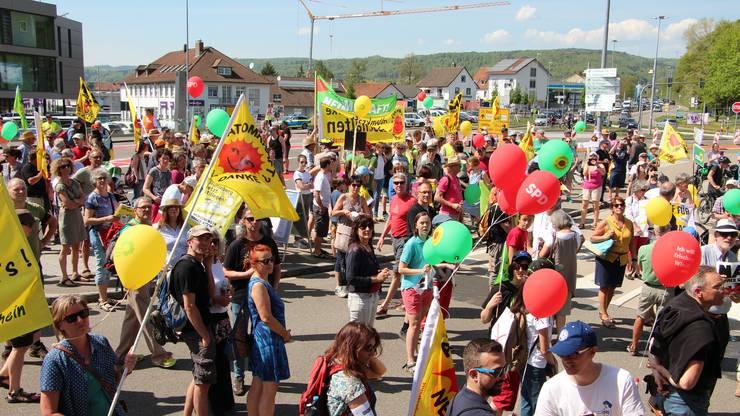 Mehrere Hundert Personen demonstrieren gegen die Wiederinbetriebnahme des AKW Beznau.