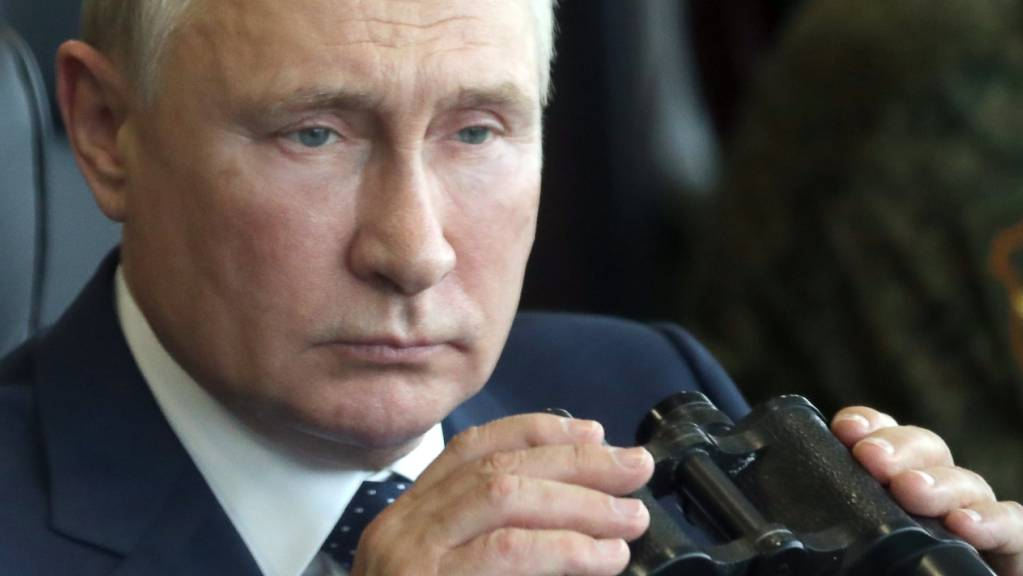 Russlands Präsident Wladimir Putin hält während seines Besuchs bei der gemeinsamen strategischen Übung der Streitkräfte von Russland und Belarus auf dem Truppenübungsplatz Mulino in der Region Nischni Nowgorod ein Fernglas in den Händen.