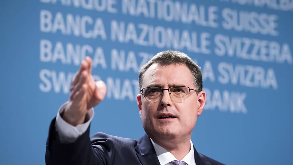 Der Chef der Schweizerischen Nationalbank Thomas Jordan verteidigt die Niedrigzinspolitik der Notenbank im «Blick» vom Mittwoch und erklärt die Hauptgründe für die Vorgehensweise. (Archivbild)