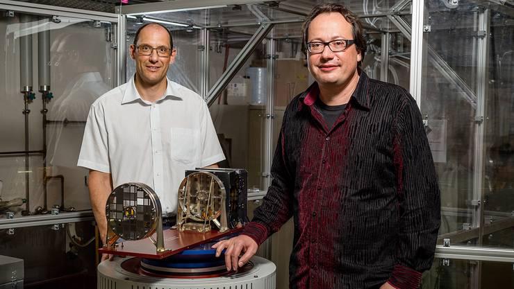 Hans-Peter Gröbelbauer und Säm Krucker neben ihrem STIX-Modell auf dem «Shaker»: Das Prüfgerät simuliert die Kräfte des Raketenstarts. Der Lärm der gezündeten Booster hat alleine schon das Potenzial, Schrauben zu lösen oder dünnwandige Teile zu zerbrechen.
