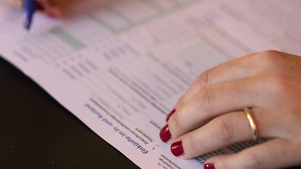 Leicht rückläufige Steuerbelastung in den Kantonen und Gemeinden