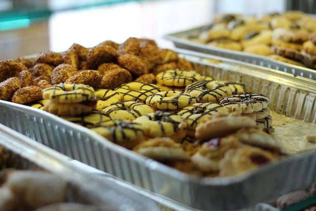 Auch Guetzli sind eine Spezialität der Bäckerei Sila. Die Geschäftsführerin Dilek Celik freut sich auch auf die Weihnachtsszeit.