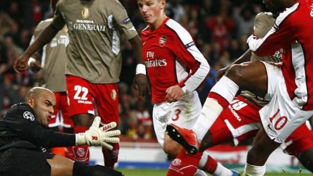 William Gallas (Rechts) kann den Standard-Goalie nicht bezwingen