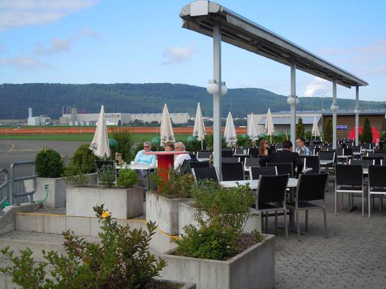 So nah am Fluggeschehen ist man nur auf der Terrasse des Restaurants