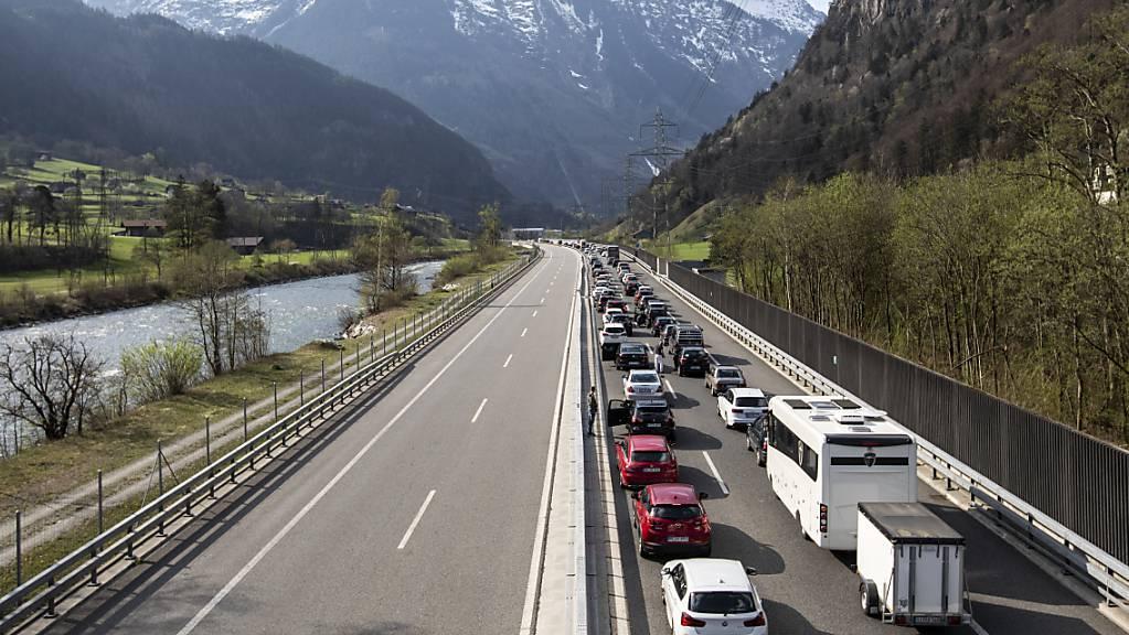 An Ostern drohen trotz Corona-Pandemie Staus auf Schweizer Strassen. Neben den Nord-Süd-Achsen dürften auch die Strassen in  Skigebiete teilweise ein hohes Verkehrsaufkommen aufweisen. (Archivbild)