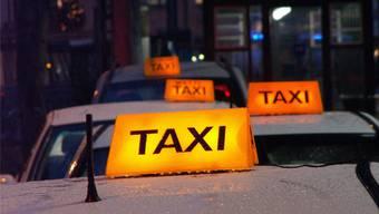 Das Bezirksgericht büsst einen Taxifahrer wegen Verstössen gegen die Ruhe- und Arbeitszeiten. Der Mann macht vergeblich geltend, dass ein Organisations-Chaos verantwortlich ist. (Symbolbild)
