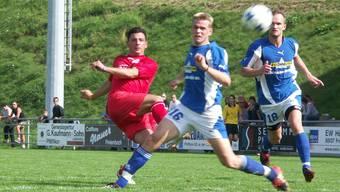Am 28. August 2005 erzielt Giuseppe Sorrentino (in Rot) in seinem ersten Einsatz für den FC Dietikon drei Tore in Freienbach.