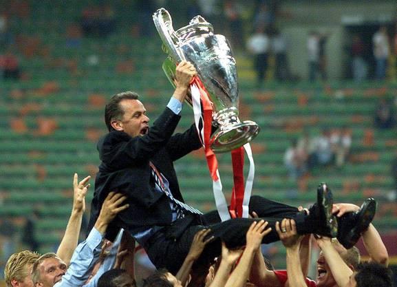 Einer seiner grössten Triumphe: der Champions-League-Sieg mit dem FC Bayern 2001 in Mailand. Die Spieler um Kahn, Effenberg und Fink lassen Ottmar Hitzfeld hochleben.