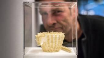 Von weitem wirkt sie fast wie von Pelz überzogen: Die Tasse aus Fingernägeln des Künstlers Jan Kaeser.