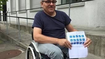 Ein digitaler Stadtplan soll Menschen mit einer Behinderung in der Stadt Wil die Orientierung erleichtern. Projektleiter Markus Böni zeigt die passenden Piktogramme, welche die Zugänglichkeit zusammenfassen.