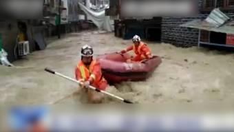 Am Montag wurden Dörfer und Städte im Südwesten Chinas von schweren Regenfällen und Stürmen getroffen. Etwa 40'000 Menschen wurden bisher evakuiert. Chinas Observatorium gab die höchste Alarmstufe aus.