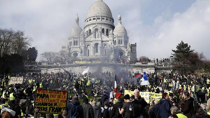 In Paris zogen Demonstranten am Samstag in Richtung der Kirche Sacré-Coeur im Touristenviertel Montmartre.